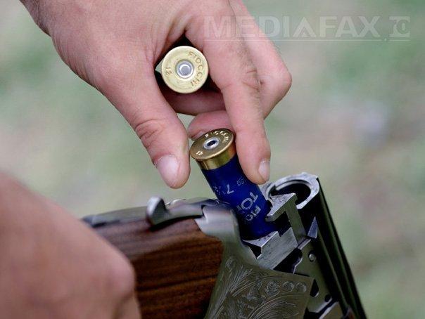 Doi bărbaţi au fost găsiţi împuşcaţi pe câmp, probabil de un vânător