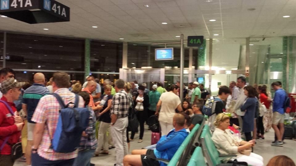 Românii BLOCAŢI pe aeroport, în Egipt: Avionul cu cei 148 de turişti este programat să plece către Cluj-Napoca, la ora locală 10.00