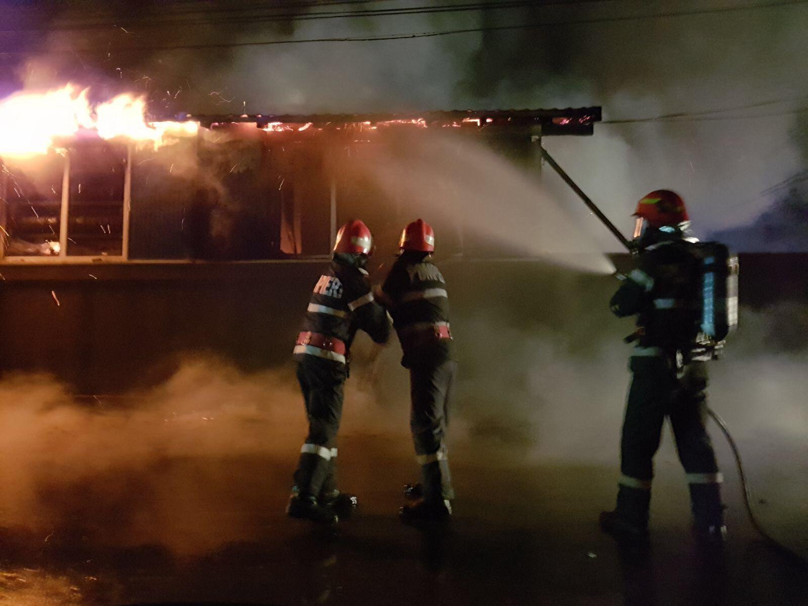 Incendiu puternic la un service auto, unde mai multe vehicule sunt în interior/ O butelie a explodat - FOTO, VIDEO