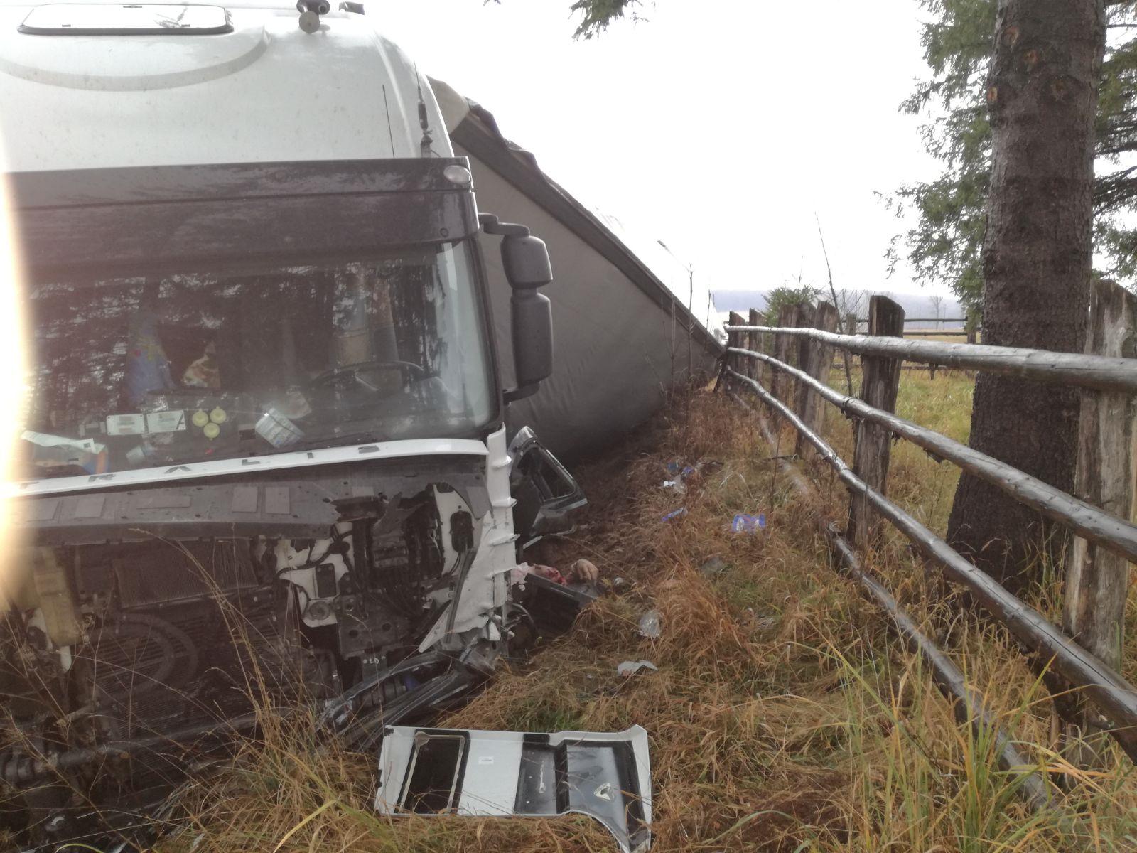 Două persoane au murit, după ce un TIR s-a răsturnat peste o maşină pe DN 1, în Braşov