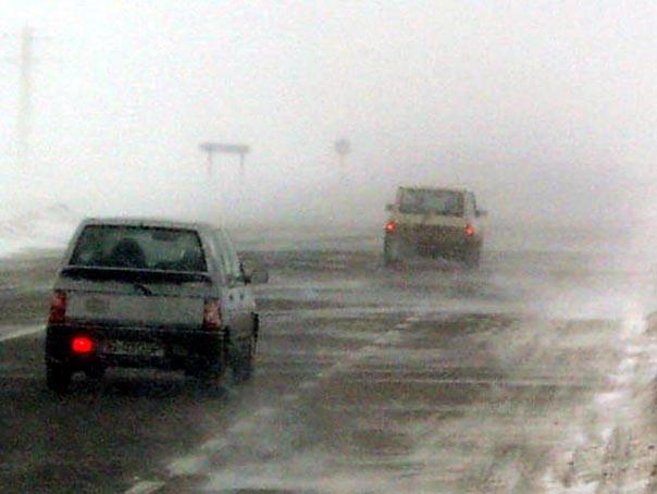 FURTUNĂ de zăpadă în Pasul Tihuţa. TIR-urile şi autoturismele neechipate nu pot continua drumul - FOTO