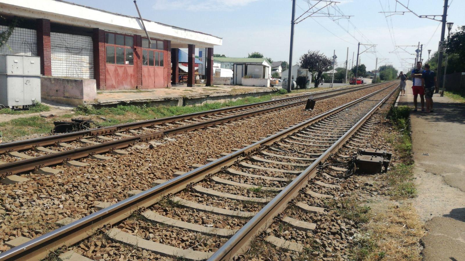 Un copac a căzut peste linia ferată, între Predeal şi Timişu de Sus, oprind temporar traficul feroviar. Şapte trenuri de călători au fost oprite în gări/ UPDATE: Circulaţia feroviară a fost reluată