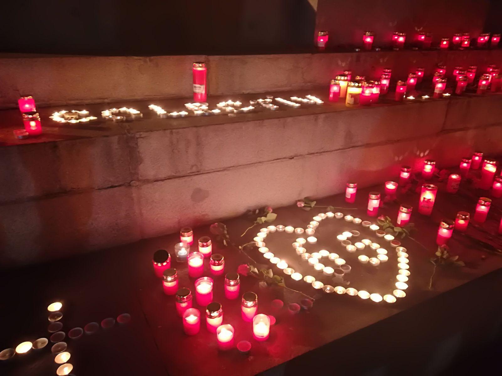 Candele, flori şi rugăciuni, în memoria victimelor de la Colectiv, în Cluj-Napoca, Iaşi şi Sibiu: `E important să ne amintim de cât de vulnerabili am fost atunci, cât de vulnerabili suntem acum în faţa unui sistem corupt`