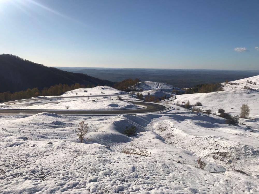 IMAGINILE ZILEI: Iarnă la Rânca   Drumarii au împrăştiat deja 30 de tone de material antiderapant. Stratul de zăpadă, pe marginea drumului, are 50 cm