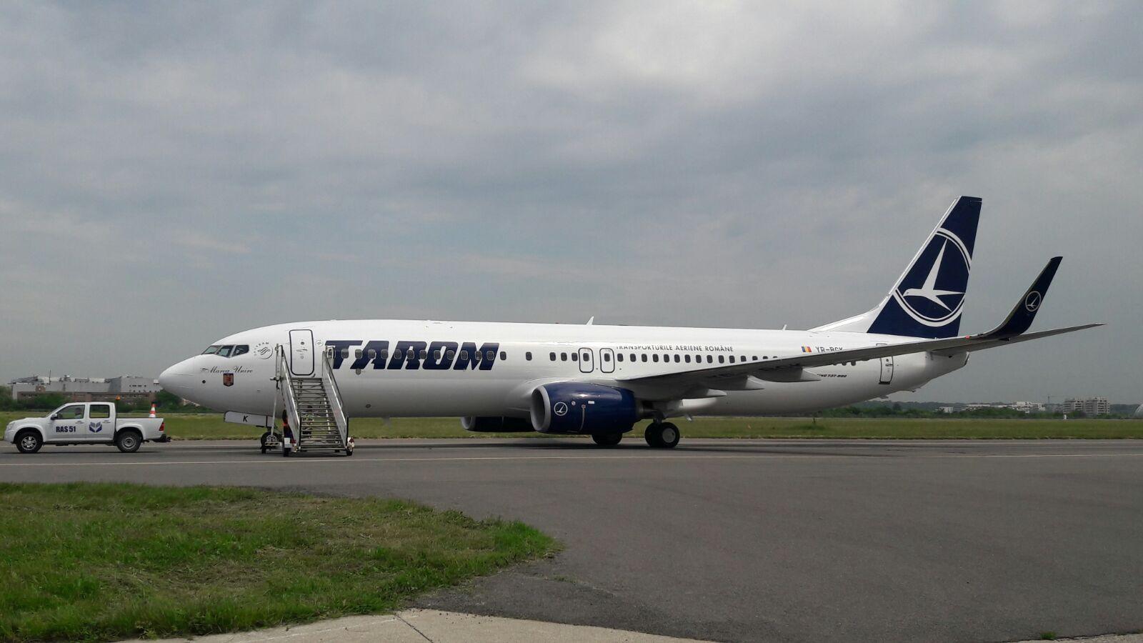 INCIDENT AVIATIC: Un avion Tarom s-a întors din rulajul de decolare din cauza unei `semnalizări neconcludente`/ Elena Udrea, aflată la bord: Nu a mai decolat `deoarece ceva e defect la roată`