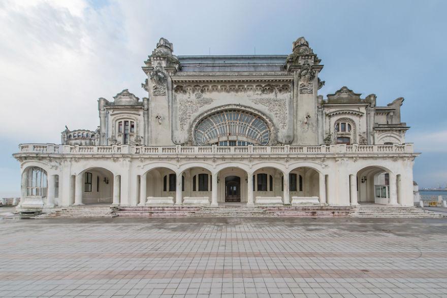 Reabilitarea Cazinoului din Constanţa a ajuns la a treia licitaţie contestată: `Stăm de doi ani şi jumătate, ne uităm la bani`