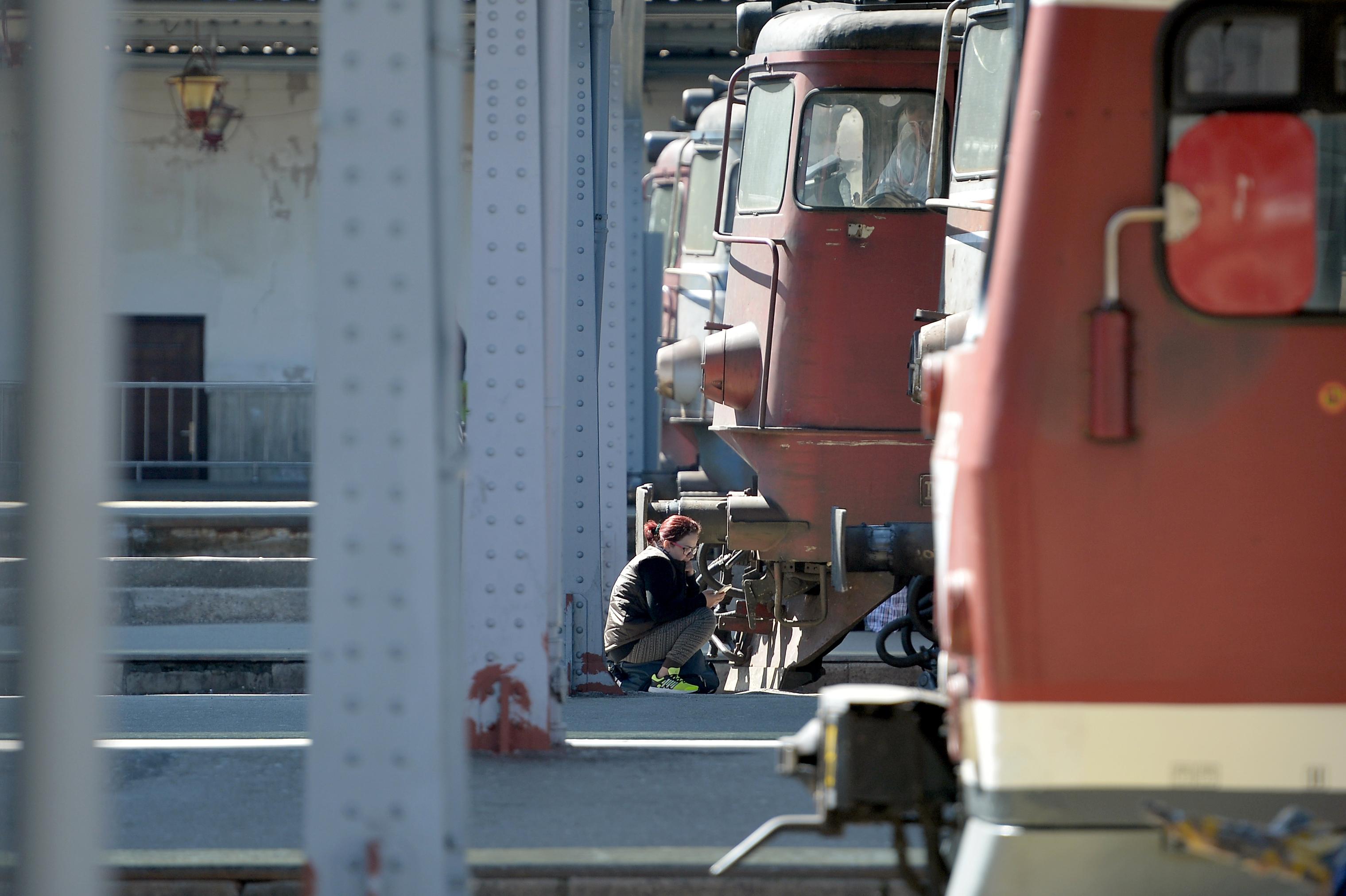 Trafic feroviar blocat temporar în judeţul Harghita, după ce un tren a lovit o maşină