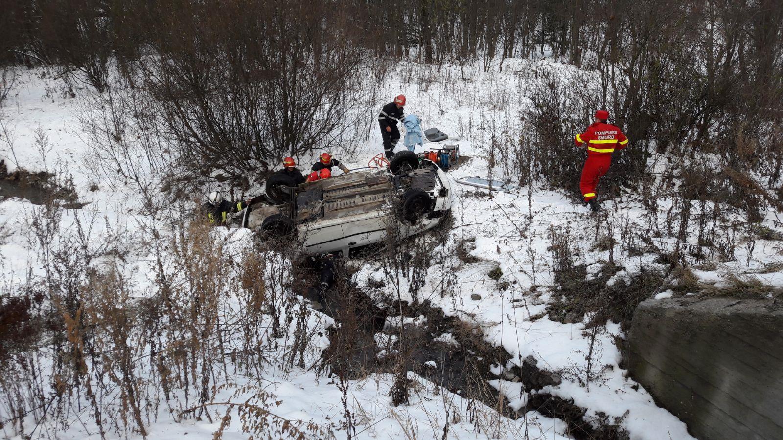 ACCIDENT între Azuga şi Predeal: Trei persoane rănite, după ce maşina în care se aflau a derapat şi s-a răsturnat într-o râpă | FOTO