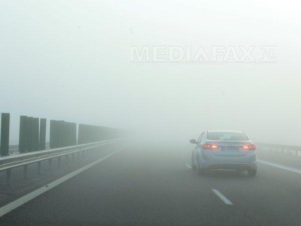 COD GALBEN de ceaţă în zece judeţe. Traficul este îngreunat pe autostrada Sibiu – Deva şi pe mai multe drumuri