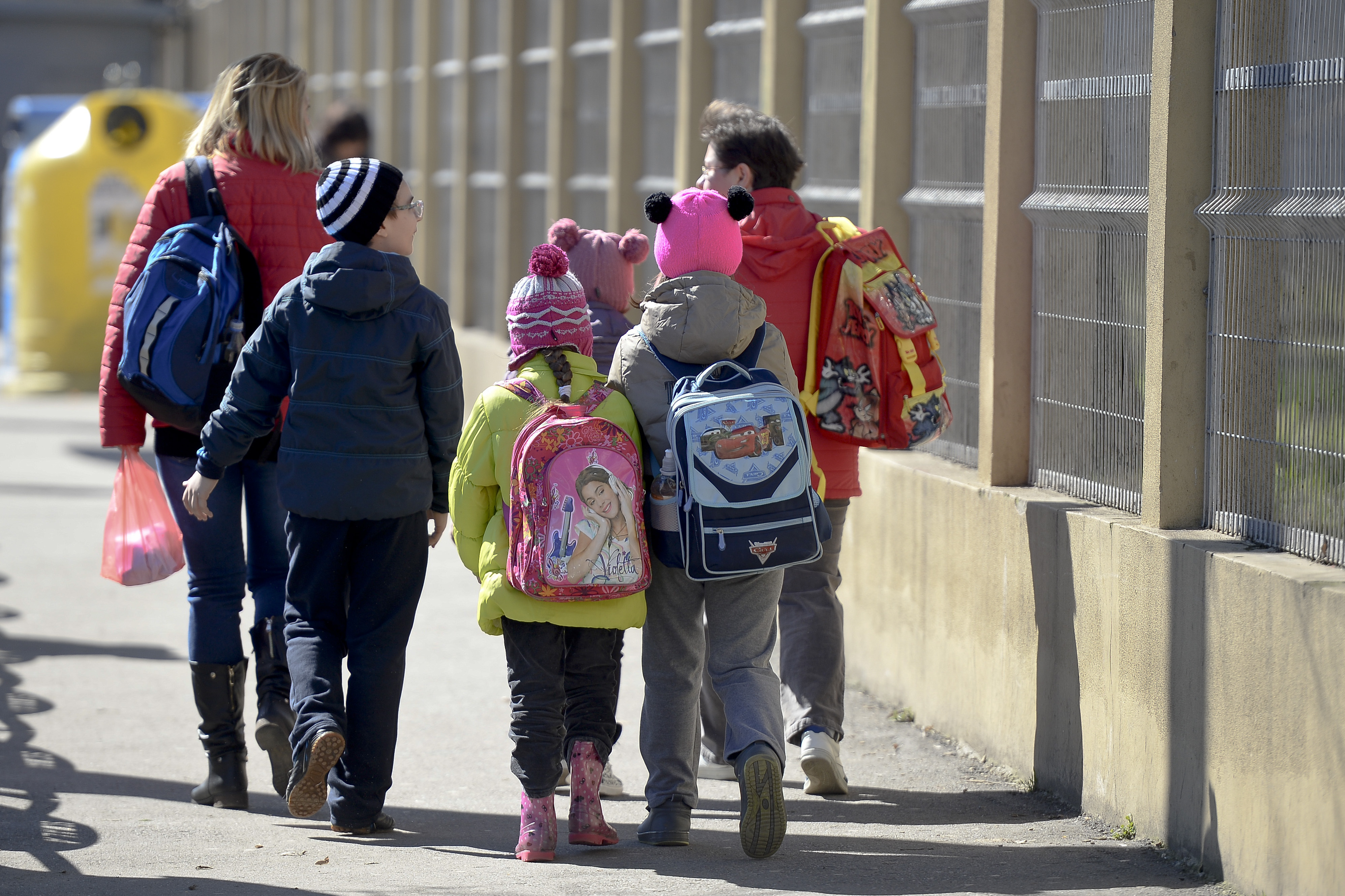 Elevii din clasele primare şi preşcolarii revin, luni, la cursuri, după vacanţa de o săptămână