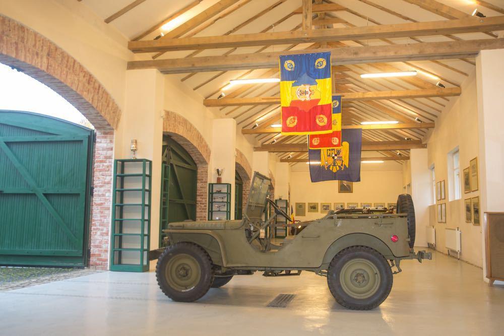 Patru jeep-uri din colecţia Regelui Mihai au fost aduse din Elveţia şi expuse la domeniul Săvârşin - FOTO