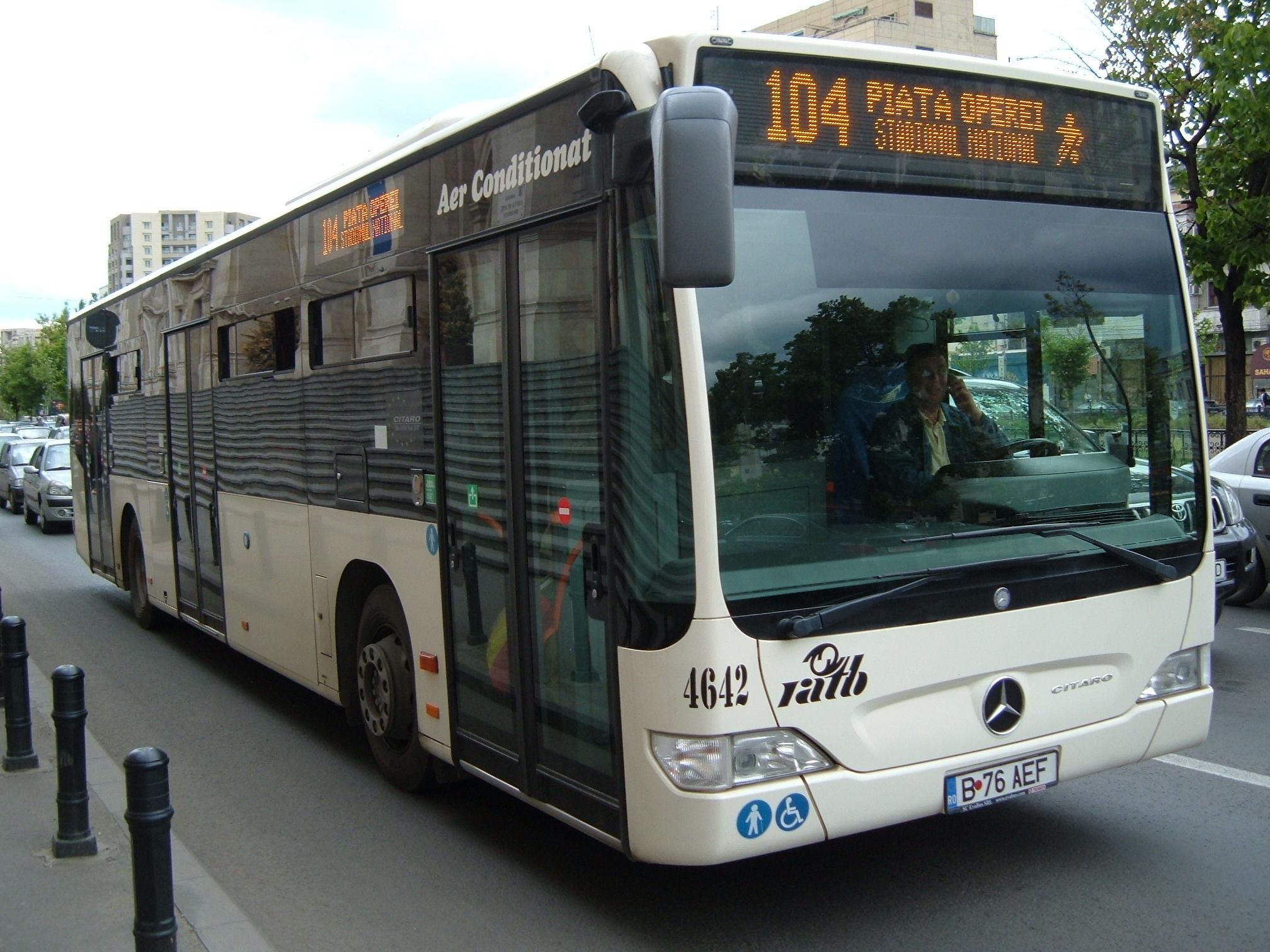 Accident în centrul Capitalei. Un autobuz al liniei 104, implicat. Două persoane au fost rănite
