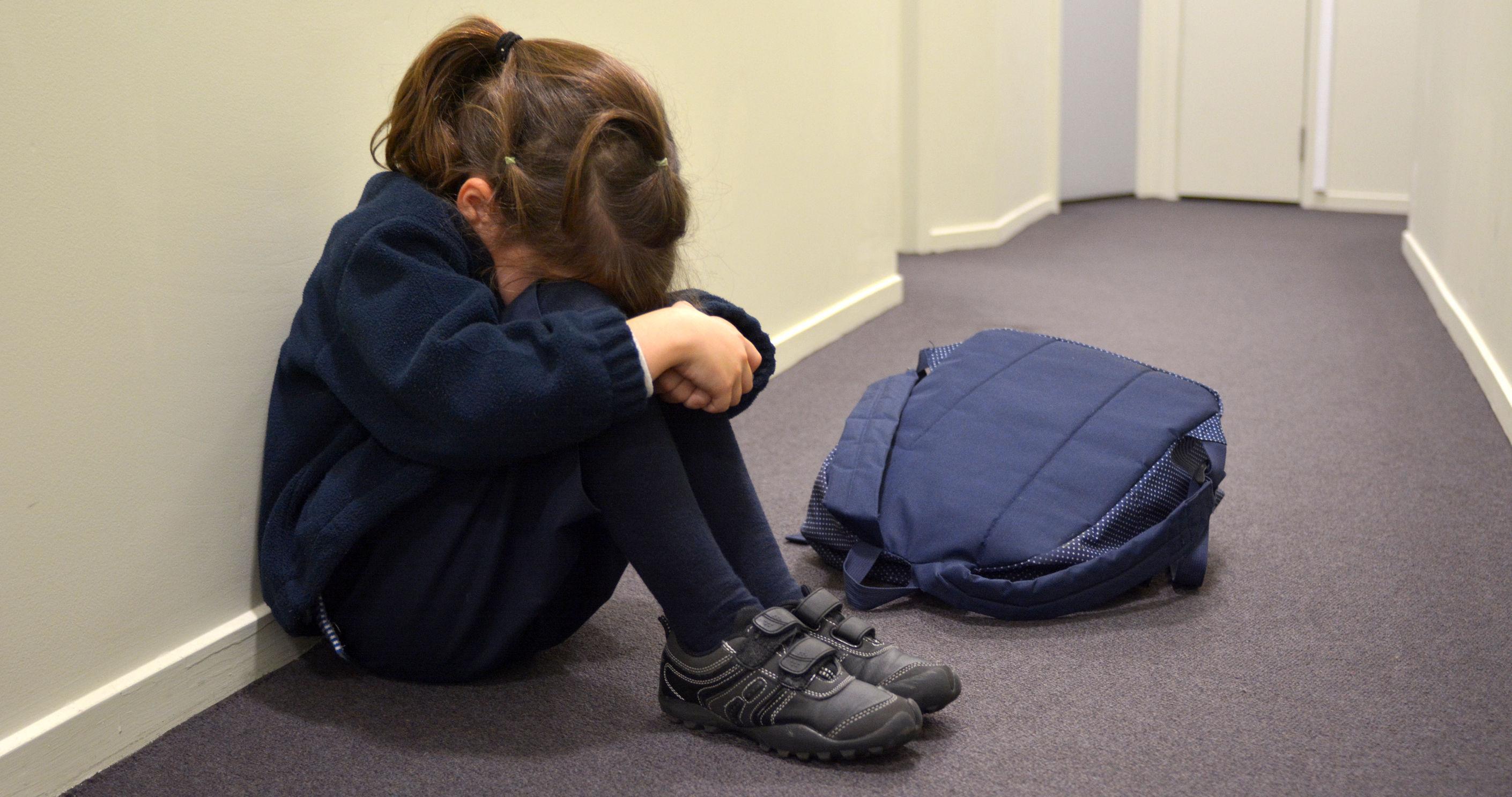Anchete la Bistriţa, unde o învăţătoare este acuzată că loveşte şi terorizează 16 elevi, unul ajungând la spital / Copiii refuză să mai intre la ore