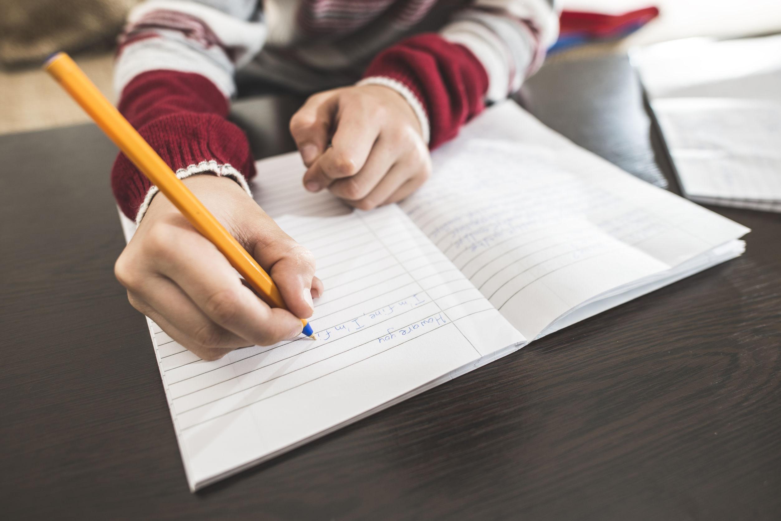 Temele pentru acasă. Ministerul Educaţiei face sondaj printre profesori, părinţi şi elevi, pentru identificare unor noi abordări şi corectarea derapajelor