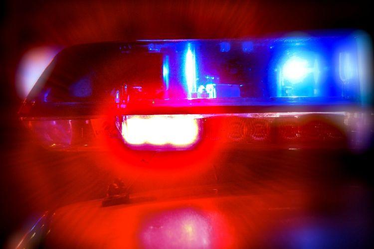 Un tânăr care conducea băut şi fără permis, prins de poliţişti după ce a lovit cinci maşini