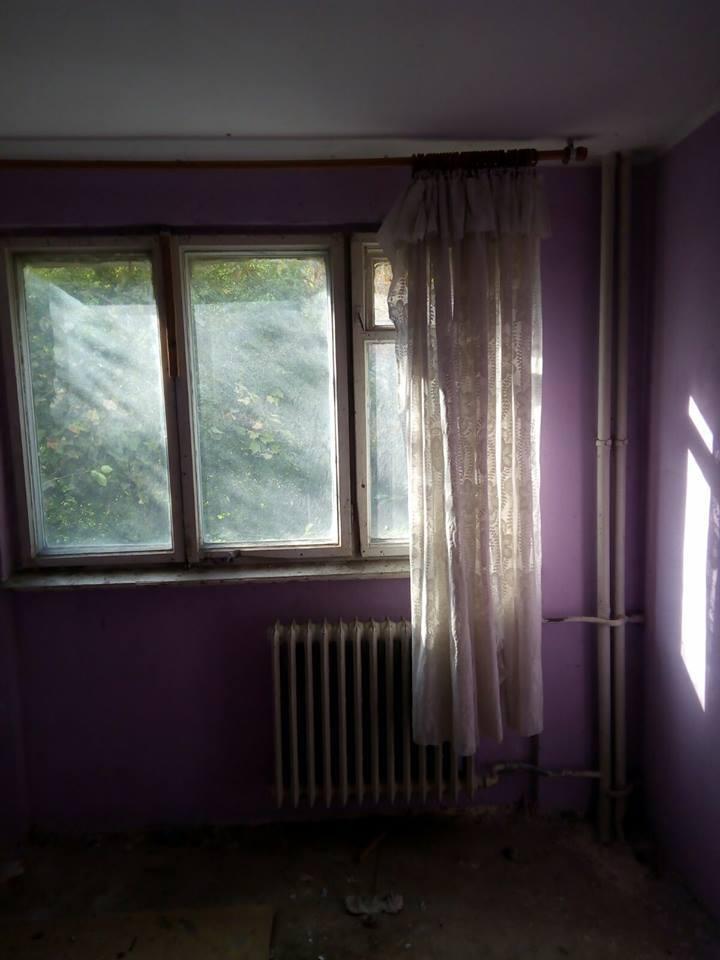 IMAGINILE ZILEI: Locuinţe de serviciu cu geamuri sparte şi mucegai pe pereţi, pentru medici din Galaţi