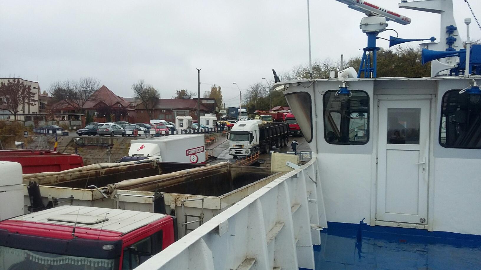Timpul de traversare a Dunării cu bacul s-a dublat, după ce un feribot s-a stricat: `Suntem clienţi captivi, nu avem ce face` - FOTO
