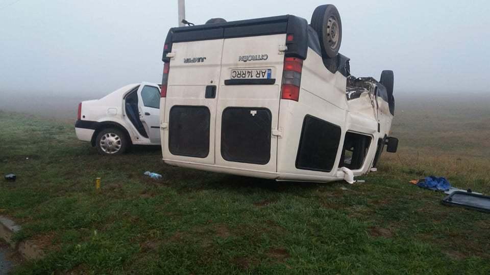 Trei răniţi, în urma impactului dintre o maşină şi un microbuz de transport persoane, în Arad