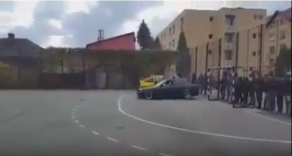Anchete după ce o maşină în care se află un copil de 8 ani face drifturi în curtea şcolii | VIDEO