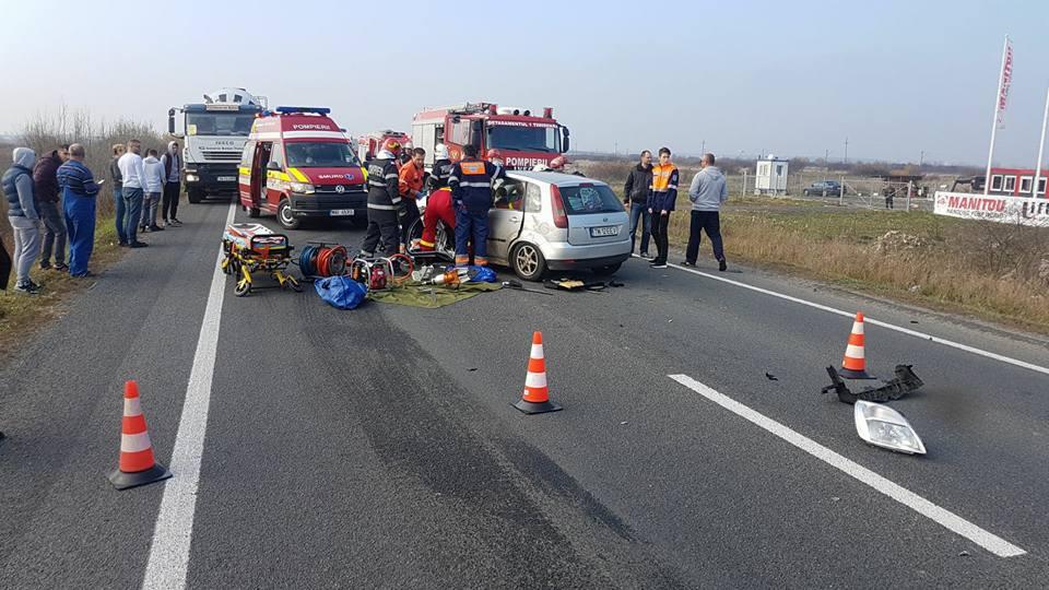 Trafic BLOCAT pe DN 6, în urma unui grav accident rutier   Patru oameni au fost răniţi după impactul dintre două maşini