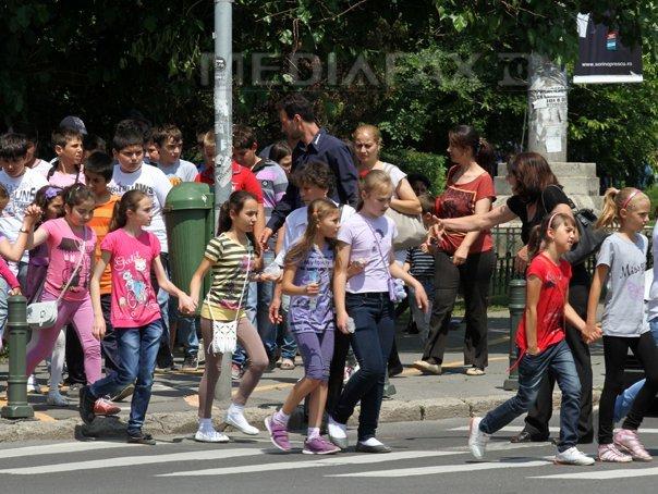 Singura variantă care le-a mai rămas. Zeci de oameni protestează prin traversarea unui drum european care trece prin Iaşi, cerând o PASARELĂ PIETONALĂ