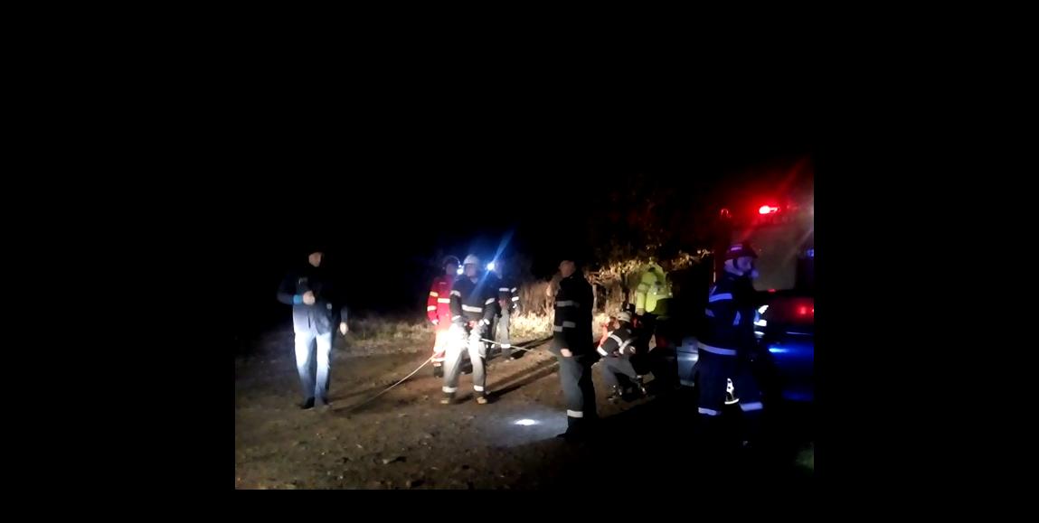 UPDATE: Femeia scoasă din apă, după ce a căzut cu maşina în barajul Zigoneni, din Argeş, a murit. Soţul acesteia a venit în zonă şi i s-a făcut rău, fiind transportat la spital - VIDEO