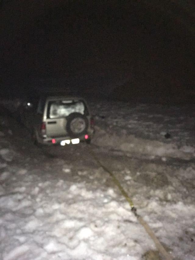 Trei turişti pasionaţi de off-road, care au rămas blocaţi cu maşina pe munte, salvaţi de jandarmi