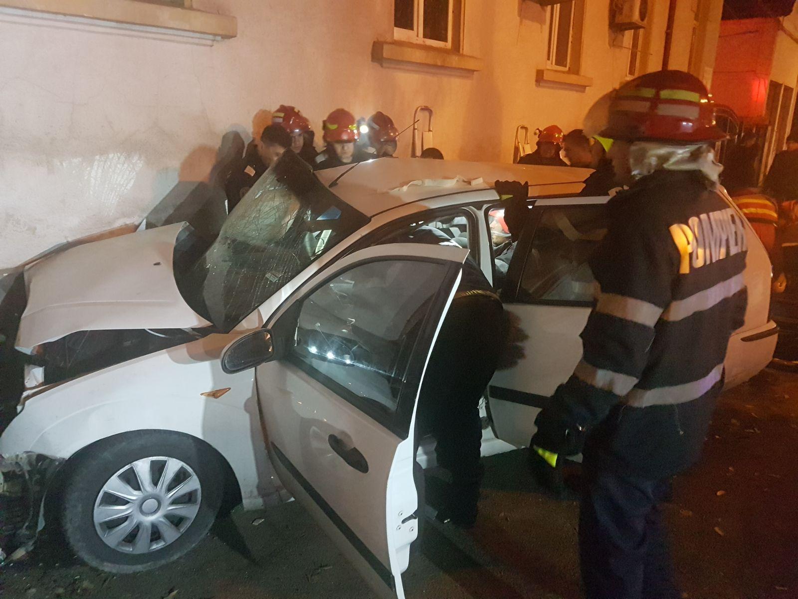 FOTO | Doi tineri au murit într-un grav accident, una dintre maşini s-a oprit în sediul ISU Constanţa