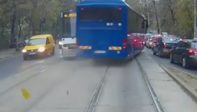 Şoferul autocarului Jandarmeriei, filmat pe contrasens pe linia de tramvai, a fost AMENDAT cu 1.450 lei şi i-a fost suspendat carnetul de conducere