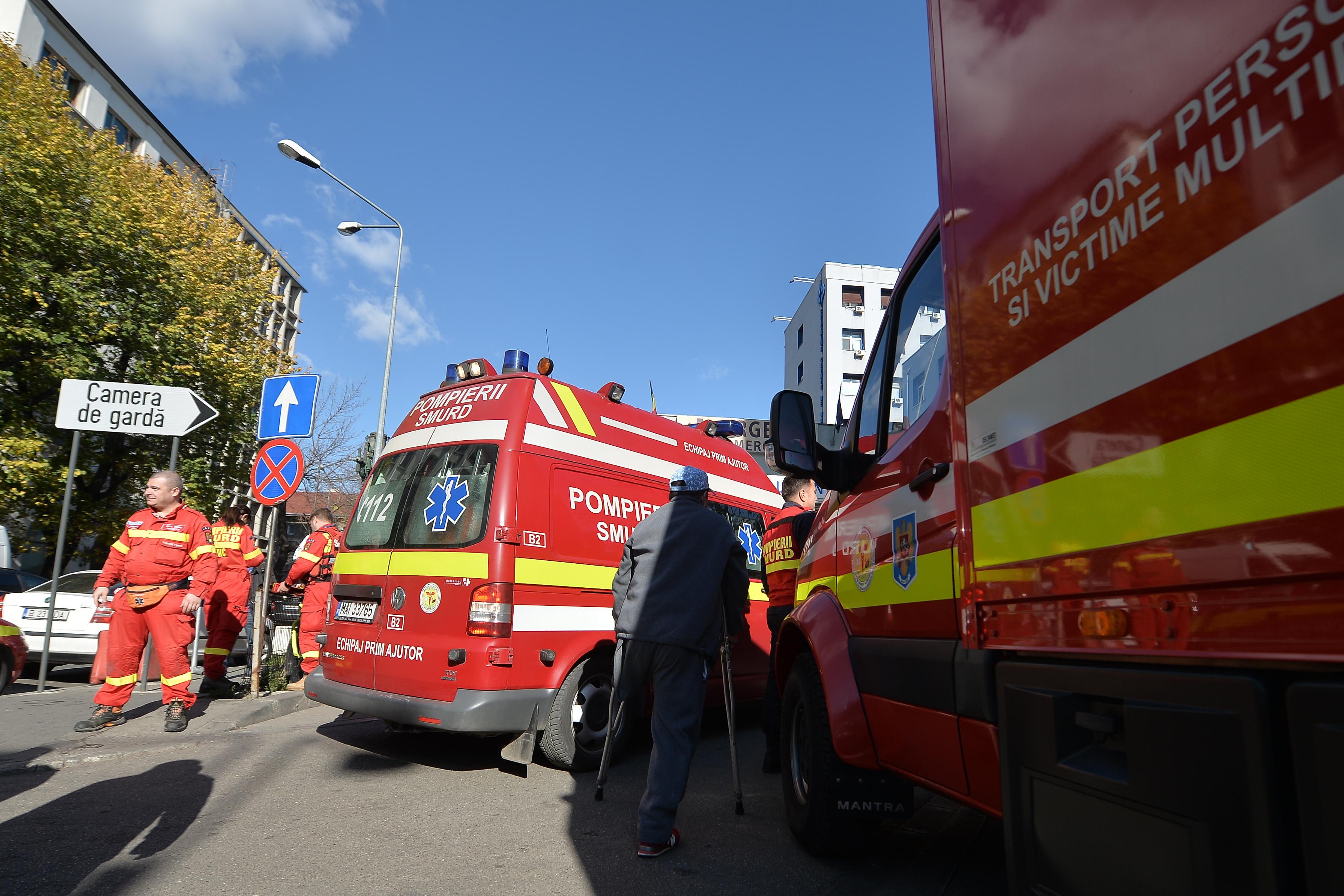 Două persoane au fost rănite, după ce o ambulanţă aflată în misiune a fost lovită de o maşină condusă de un şofer beat
