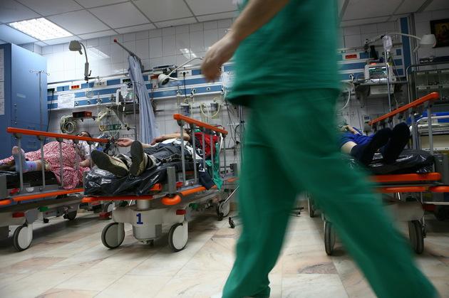 Pacienţi proaspăt operaţi la Spitalul Judeţean Brăila, plimbaţi pe holuri, printre vizitatori/ Momentul exact, surprins pe camera video