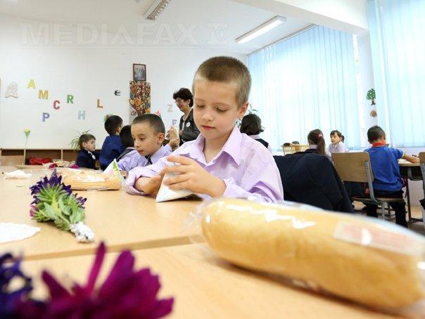 O elevă din Maramureş a rămas fără un dinte după ce a muşcat din cornul primit la şcoală / Directorul colegiului: Cornul a fost de vină, era atât de tare că dacă dădeai cu el de masă suna ca lemnul