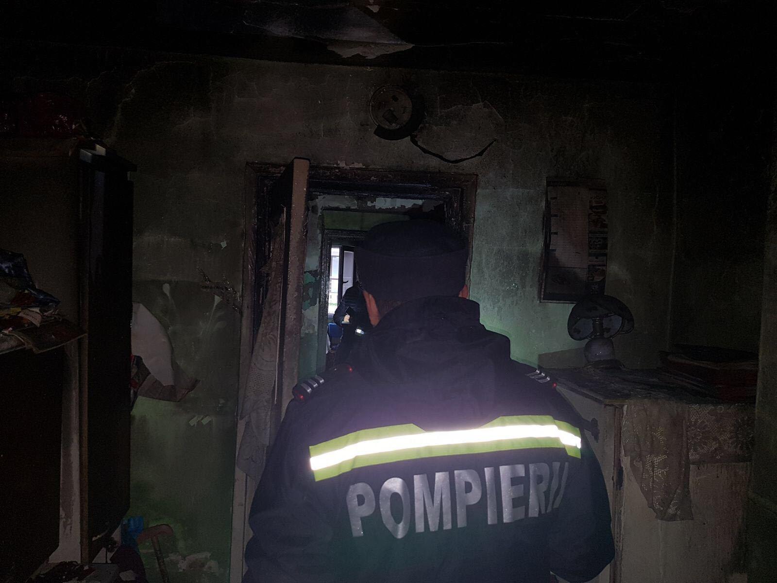 Explozie într-un bloc din Moineşti, judeţul Bacău. Două persoane au fost rănite/ Structura de rezistenţă a blocului nu a fost afectată