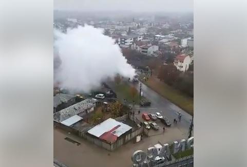 Un microbuz a luat foc pe Şoseaua Berceni din Bucureşti, iar traficul este oprit | VIDEO