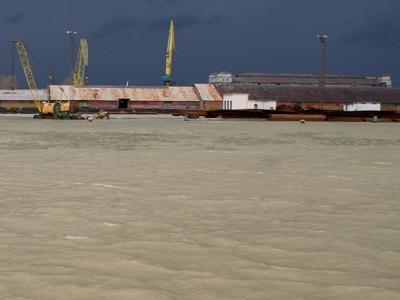 Restricţii pe Canalul Sulina pentru a permite trecerea unui transport cu gabarit depăşit