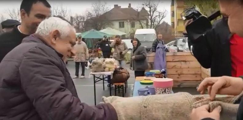 Petre Daea şi-a cumpărat vestă de lână, lucrată manual, de la Piaţa Ţărănească: `Să ţină şi la spate că vine iarna` / Campania `Alege oaia`, lansată sâmbătă la Sibiu