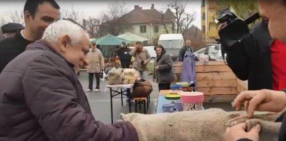 """Imaginea articolului Petre Daea şi-a cumpărat vestă de lână, lucrată manual, de la Piaţa Ţărănească: """"Să ţină şi la spate că vine iarna"""" / Campania """"Alege oaia"""", lansată sâmbătă la Sibiu"""