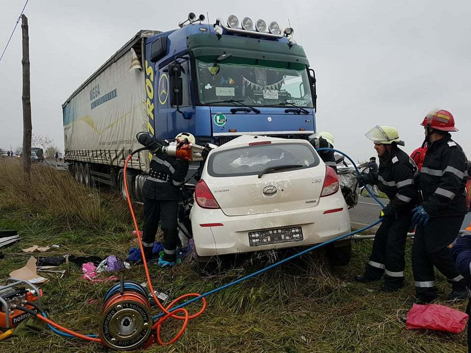ACCIDENT grav în Timiş: Trei persoane, între care un copil, au murit după ce maşina în care se aflau a intrat într-un TIR   FOTO