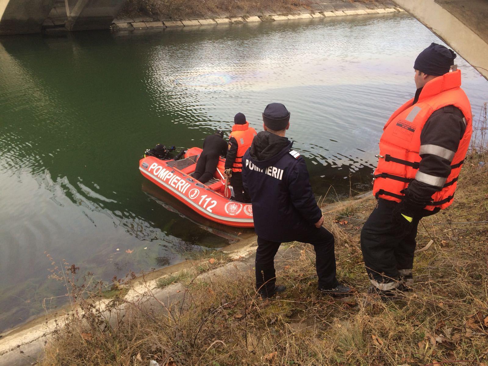 Un bărbat a ajuns la spital după ce a căzut cu maşina în canalul hidrocentralei din Pângăraţi, Neamţ | FOTO