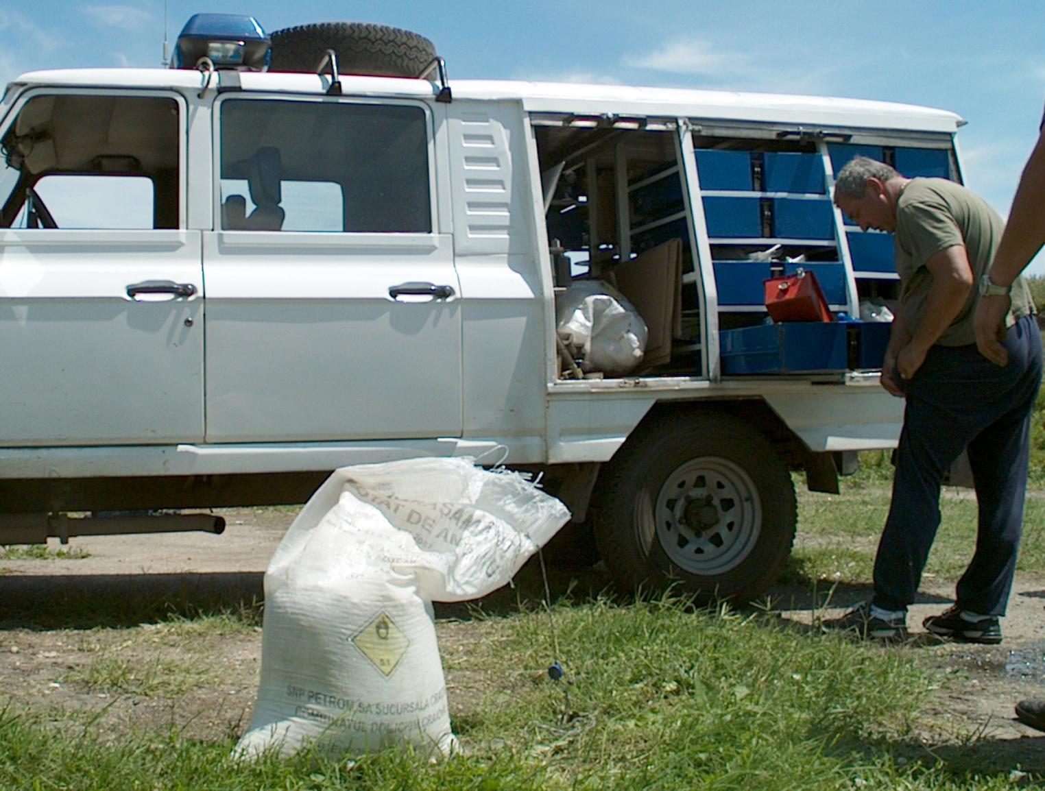 Camion încărcat cu 42 tone de azotat de amoniu, răsturnat pe DN2C, judeţul Buzău