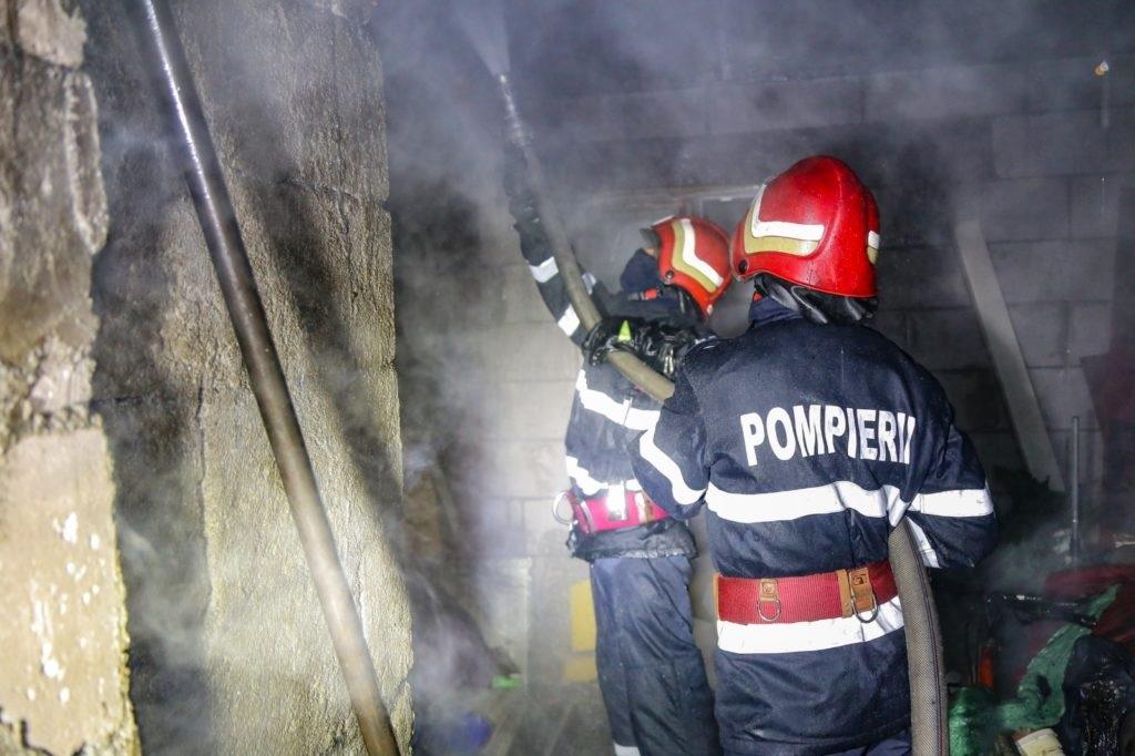 Un incendiu a cuprins trei locuinţe din cartierul Chitila. Nicio persoană nu a fost rănită