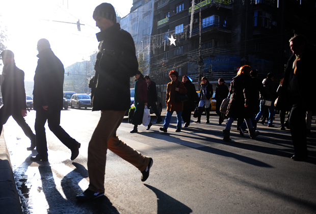 Primăria Capitalei vrea ca trecerile de pietoni nesemaforizate să fie iluminate pe baza unor senzori care vor detecta pietonii angajaţi în traversare