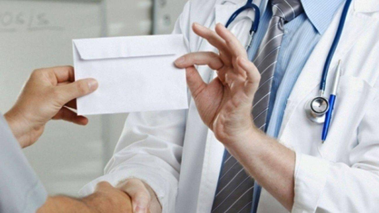 Medic ginecolog din Timişoara, prins în flagrant când primea mită   VIDEO