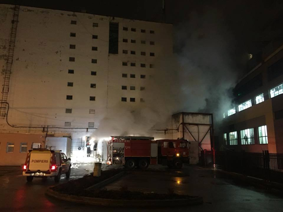 70 de angajaţi de la mai multe firme, evacuaţi din cauza unui incendiu la subsolul unei clădiri din Cluj Napoca FOTO
