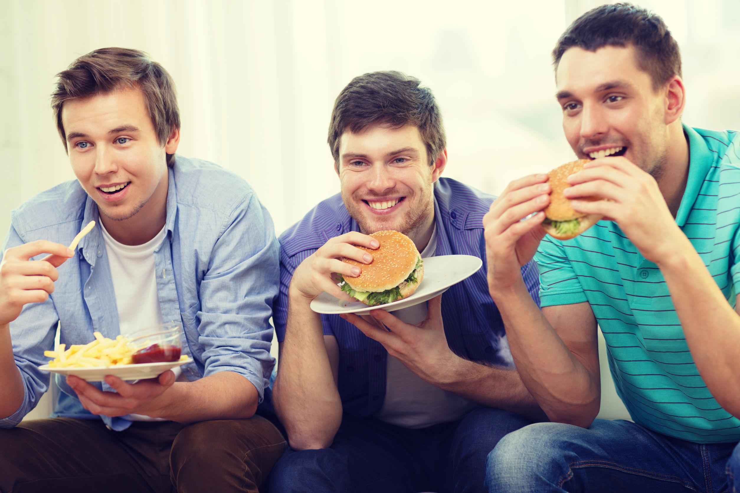 Când programul tv se potriveşte cu meniul din farfurie. 52% dintre români iau masa în faţa televizorului