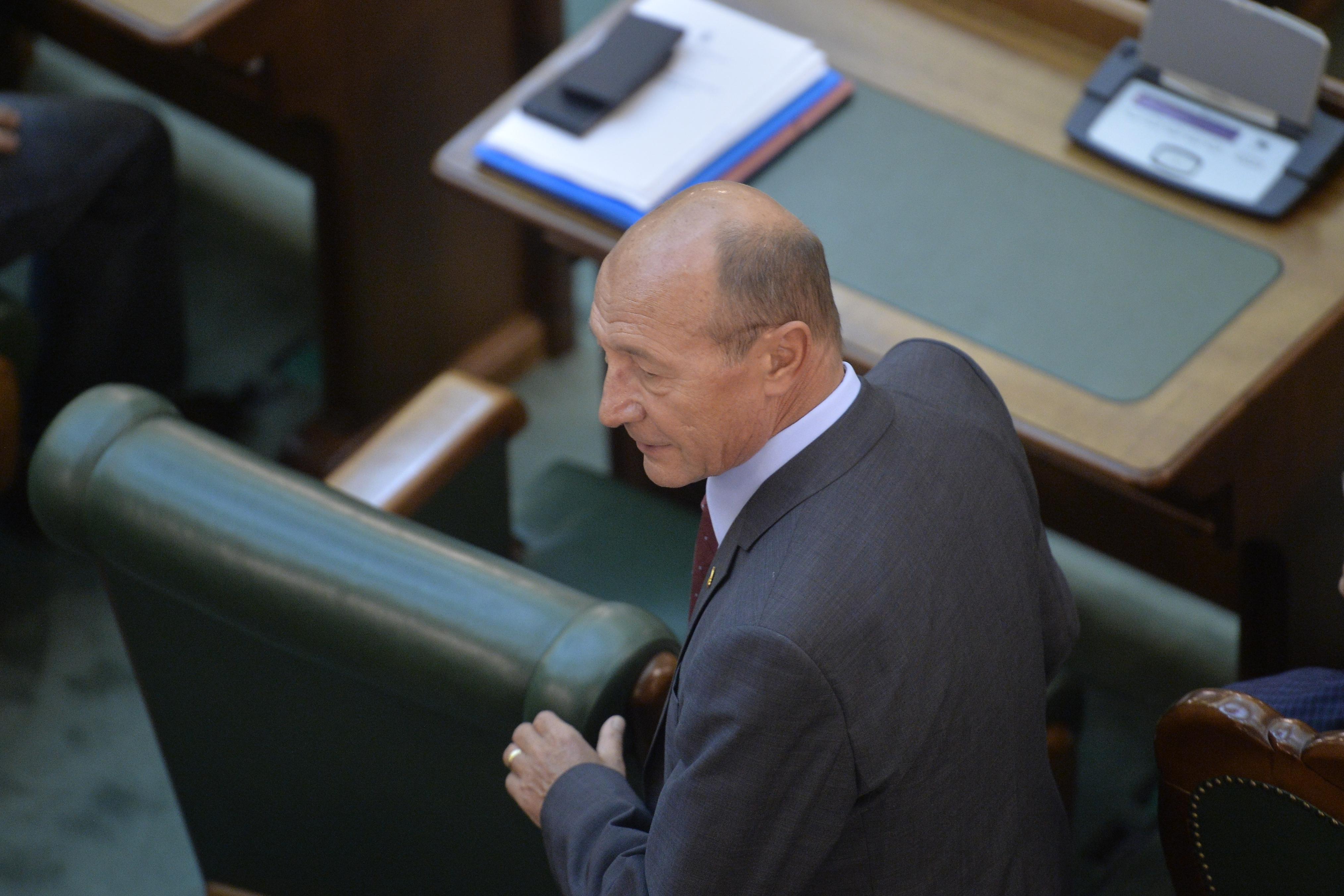 Traian Băsescu: Trebuie desfiinţate pensiile speciale şi suspendate tichetele de vacanţă şi split TVA