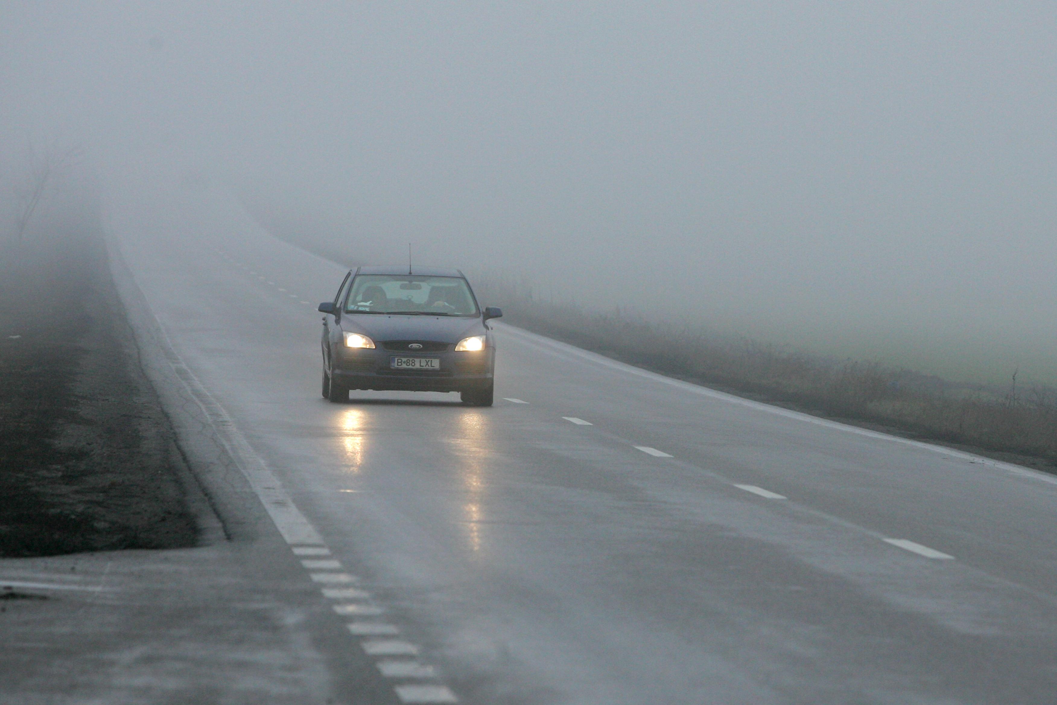 Ceaţă densă pe mai multe drumuri naţionale. Circulaţia, îngreunată