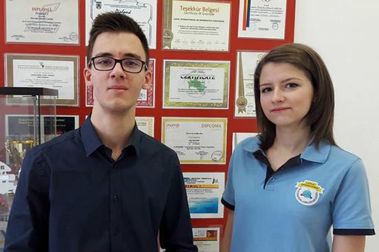 Imaginea articolului Doi elevi români au obţinut punctaj maxim la bacalaureatul american/ Cei doi s-au pregătit doar o săptămână pentru fiecare disciplină