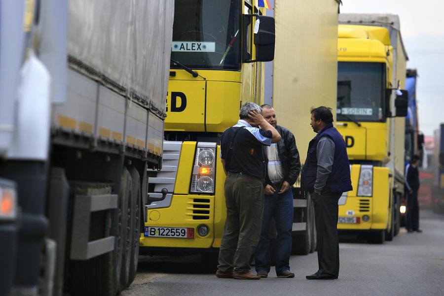Trafic oprit pe DN3, în Lehliu, unde un tir încărcat cu azotat de amoniu s-a răsturnat