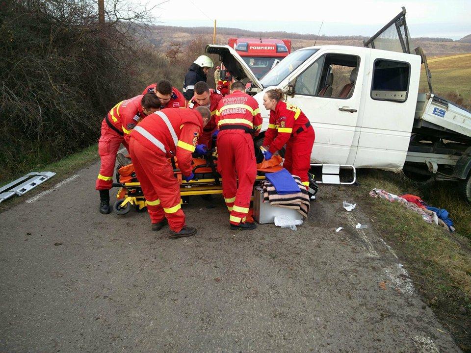 Cinci bărbaţi au fost transportaţi la spital după ce maşina în care erau a ieşit în decor